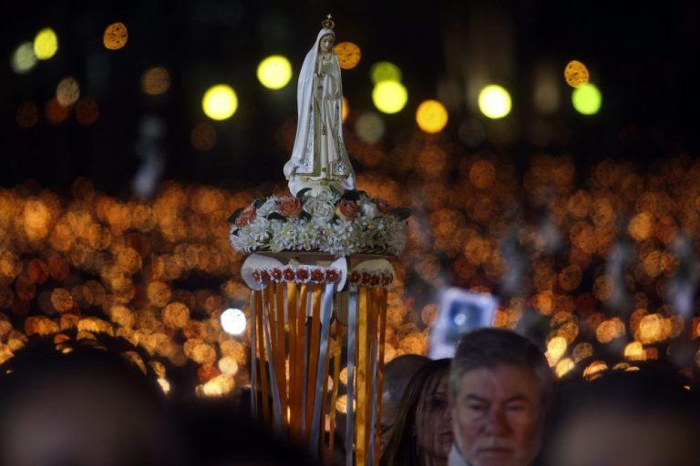 PN01. OUREM (PORTUGAL), 12/05/2015.- Peregrinos participan en la Procesión de las Velas cargando la imagen de una virgen hacia el Santuario de Fátima hoy, martes 12 de mayo de 2015, en Ourem (Portugal). EFE/PAULO NOVAIS